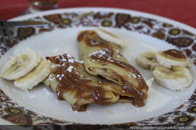 Easy recipe for crepes with dulce de leche and bananas
