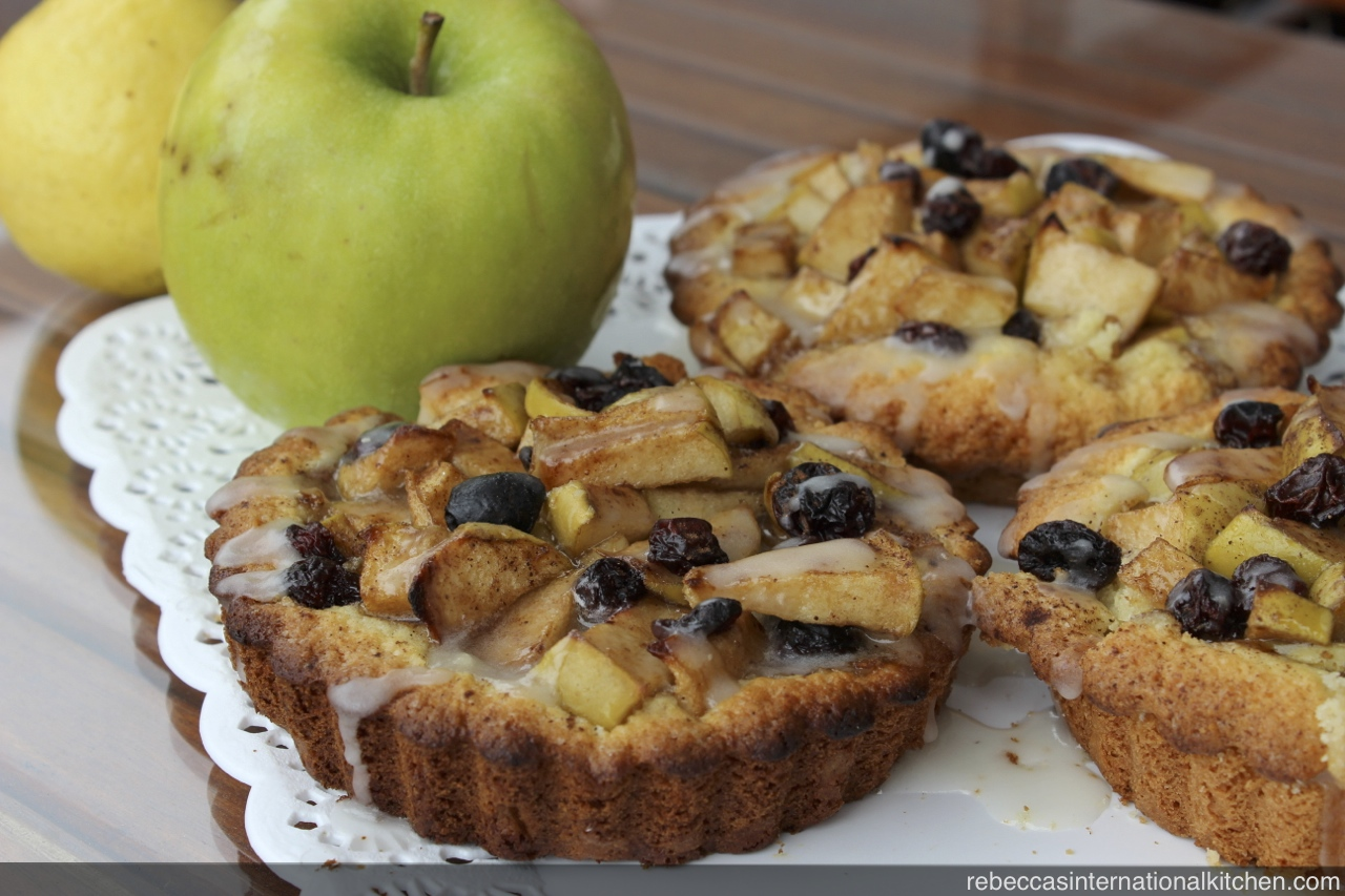 Recipe for Mini Apple Pies with Raisons and Lemon Icing